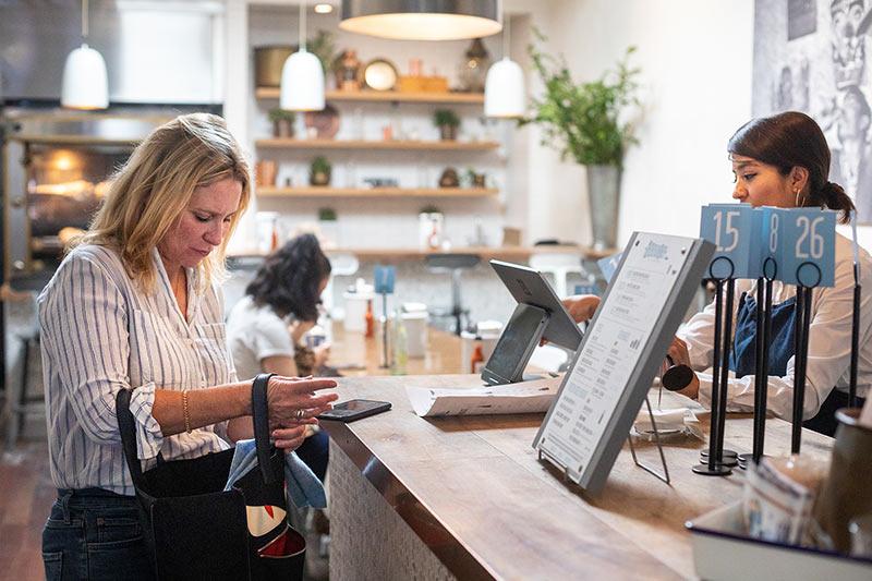Palvelun korostaminen auttaa tottumatonta verkkokuluttajaa ostamaan